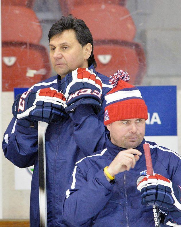 Kouč Vladimír Růžička (nahoře) a jeho asistent Jaroslav Špaček sledují trénink.