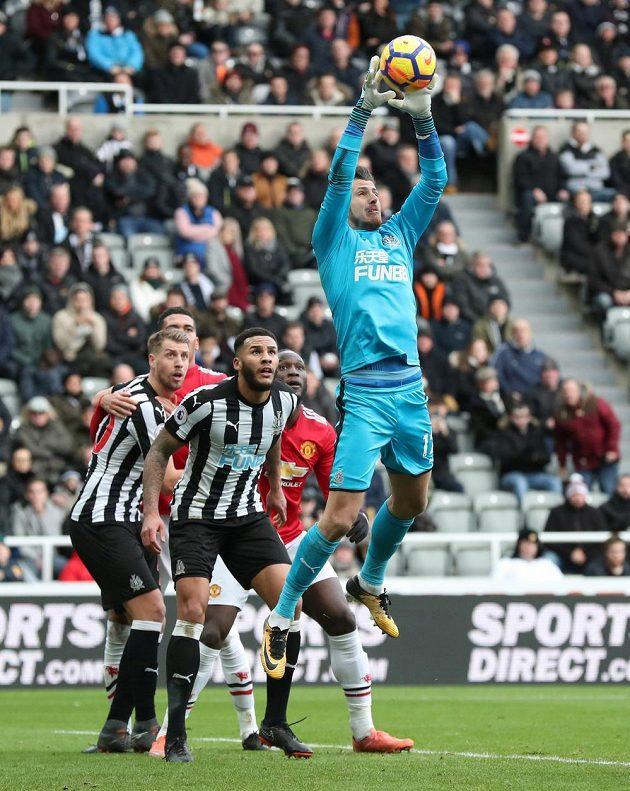 Martin Dúbravka v dresu Newcastle United zasahuje v duelu s Manchesterem United.
