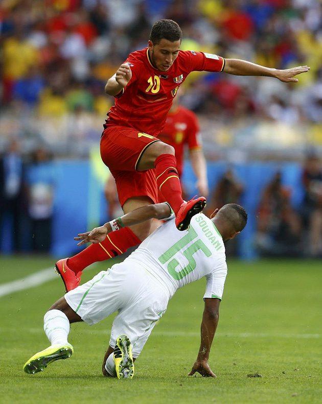 Eden Hazard z Belgie (nahoře) přeskakuje Arbího Súdáního z Alžírska.