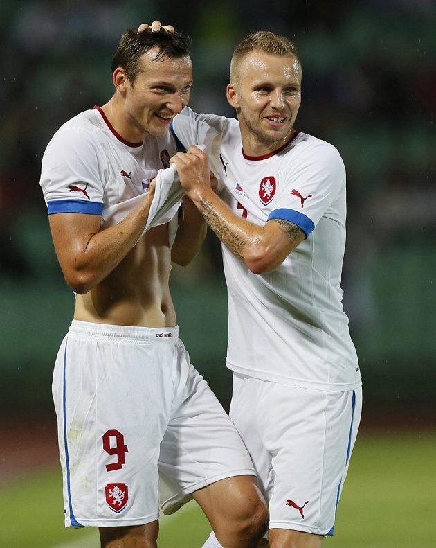 Libor Kozák (vlevo) se raduje se spoluhráčem Michalem Kadlecem ze vstřelení branky do sítě Maďarska.