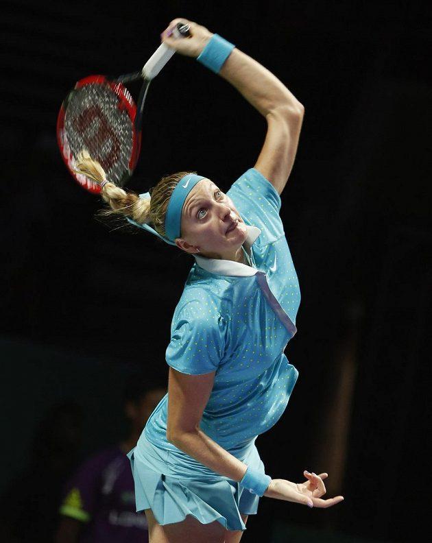 Česká tenistka Petra Kvitová podává při utkání na Turnaji mistryň proti Marii Šarapovové.