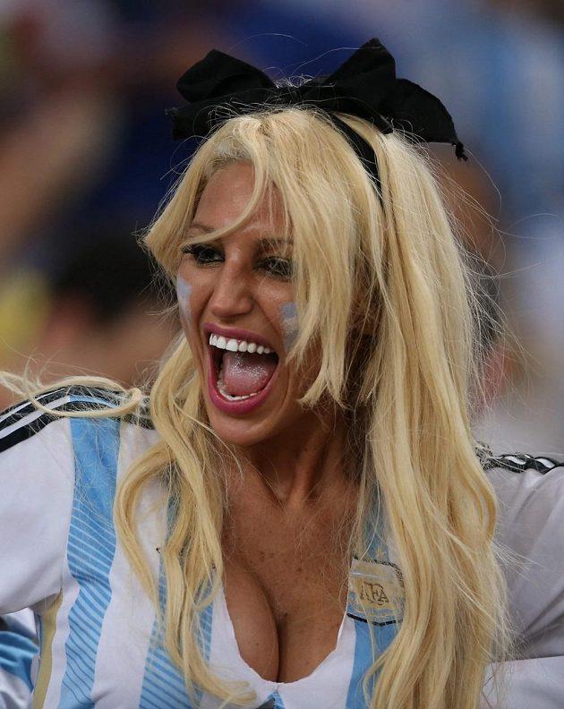 Rozvášněná argentinská fanynka během utkání s Bosnou a Hercegovinou.