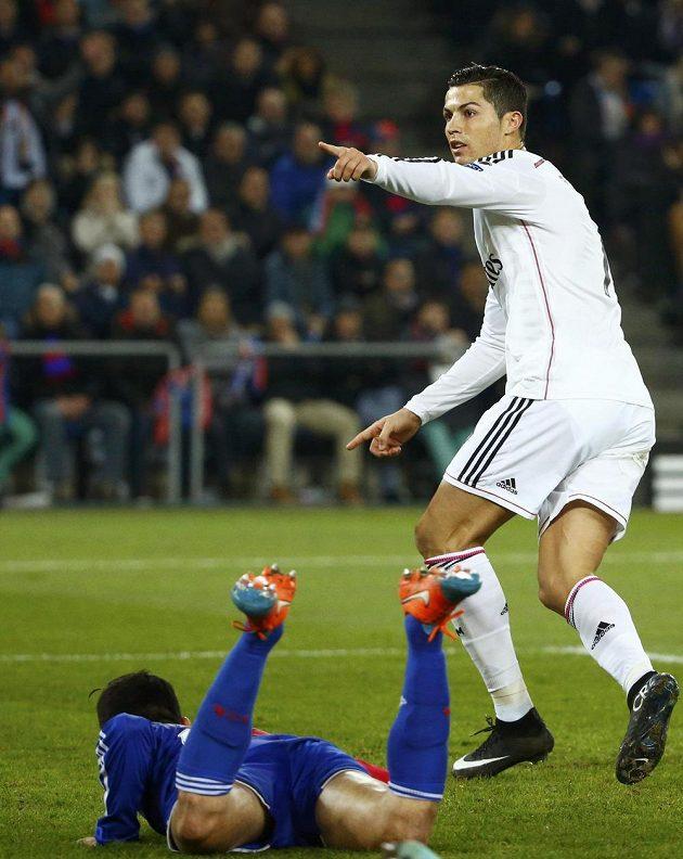 Cristiano Ronaldo z Realu Madrid se raduje v St. Jakob-Parku z vedoucí branky nad Basilejí.