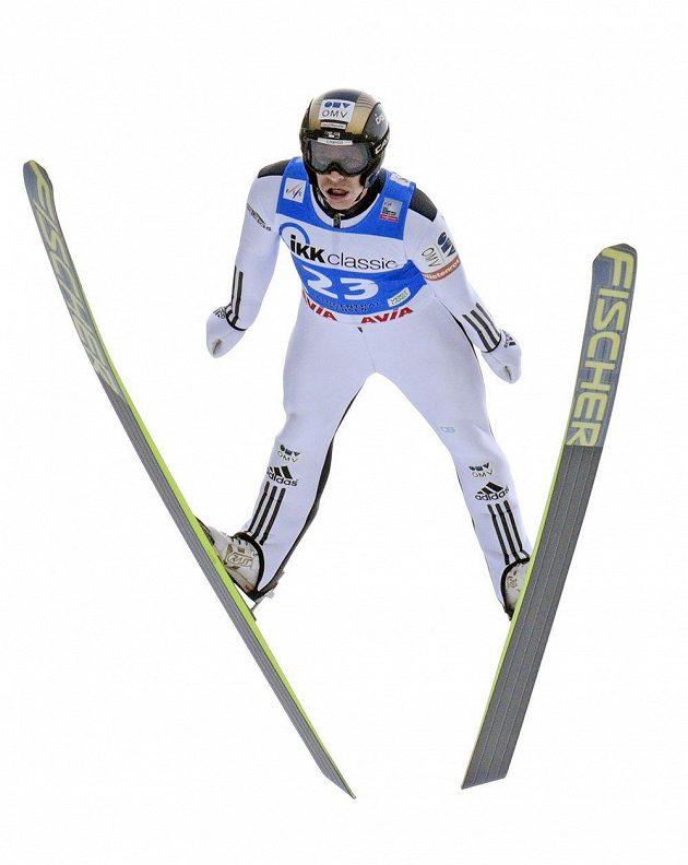 Roman Koudelka během jednoho ze skoků svého vítězného závodu.