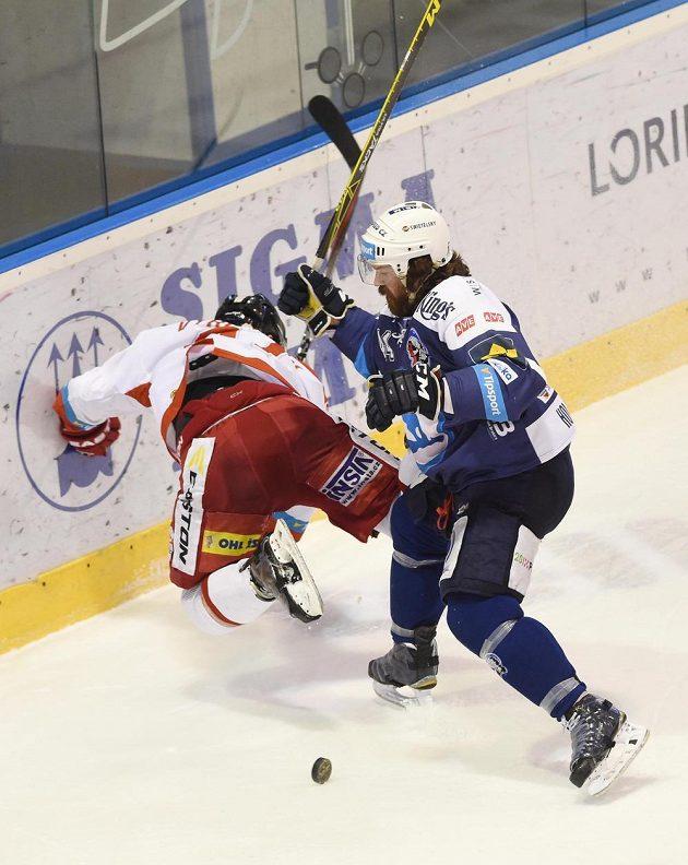 Plzeňský Ryan Hollweg naráží na mantinel olomouckého Ryana Hollwega.
