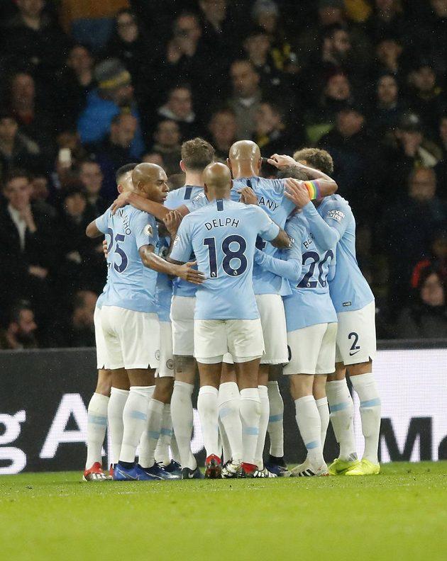 Fotbalisté Manchesteru City se radují z branky do sítě Watfordu