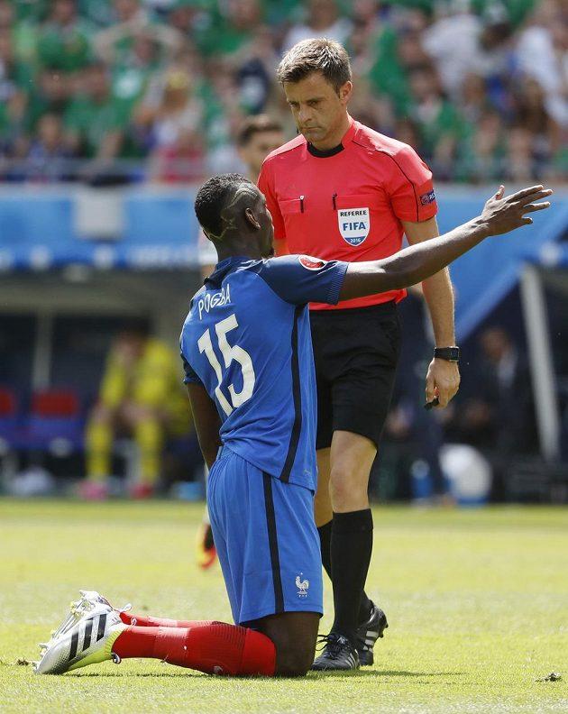 Francouz Paul Pogba a sudí Nicola Rizzoli v rozmluvě během duelu s Irskem.