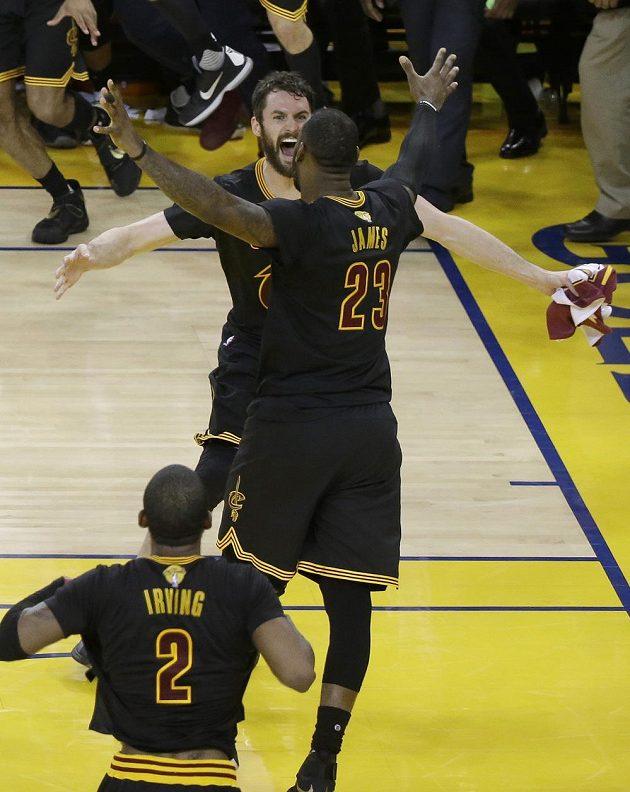 Kevin Love (vlevo) a LeBron James se radují z titulu.