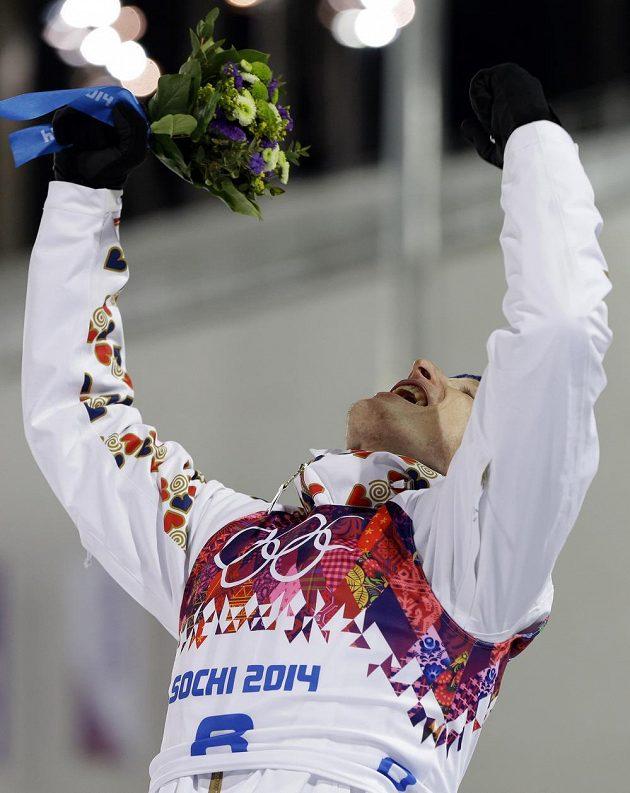 Biatlonista Ondřej Moravec slaví při květinovém ceremoniálu stříbrnou medaili na hrách v Soči.
