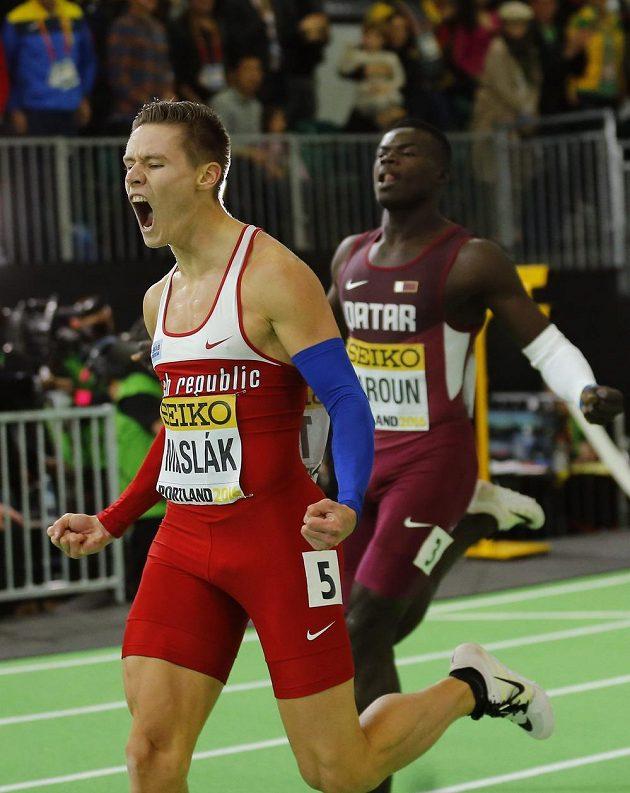 První radost českého atleta Pavla Masláka po vítězném závodě na 400 m na halovém mistrovství světa v Portlandu.