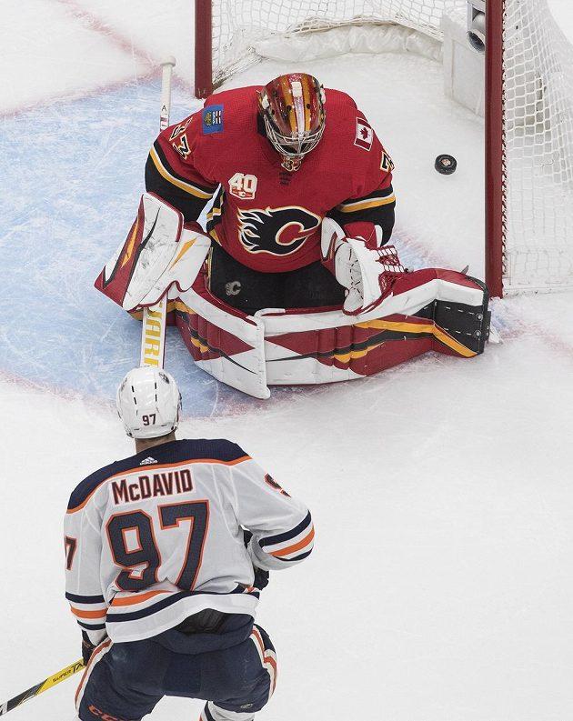 David Rittich v brance Calgary inkasuje gól z hole Connora McDavida z Edmontonu.