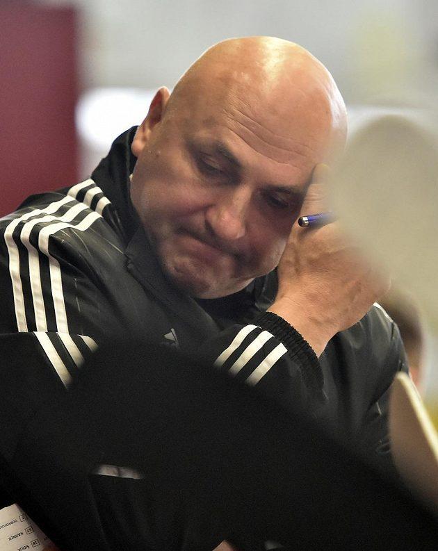 Dojatý trenér hokejové Jihlavy Petr Vlk poté, co jeho tým vybojoval postup do extraligy.