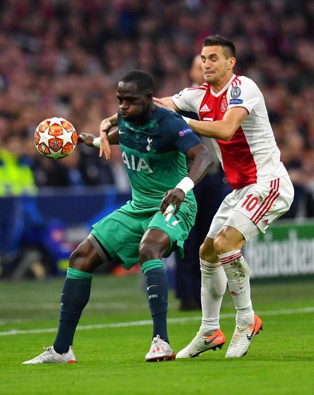 V souboji Dušan Tadič (vpravo) z Ajaxu a Moussa Sissoko z Tottenhamu.