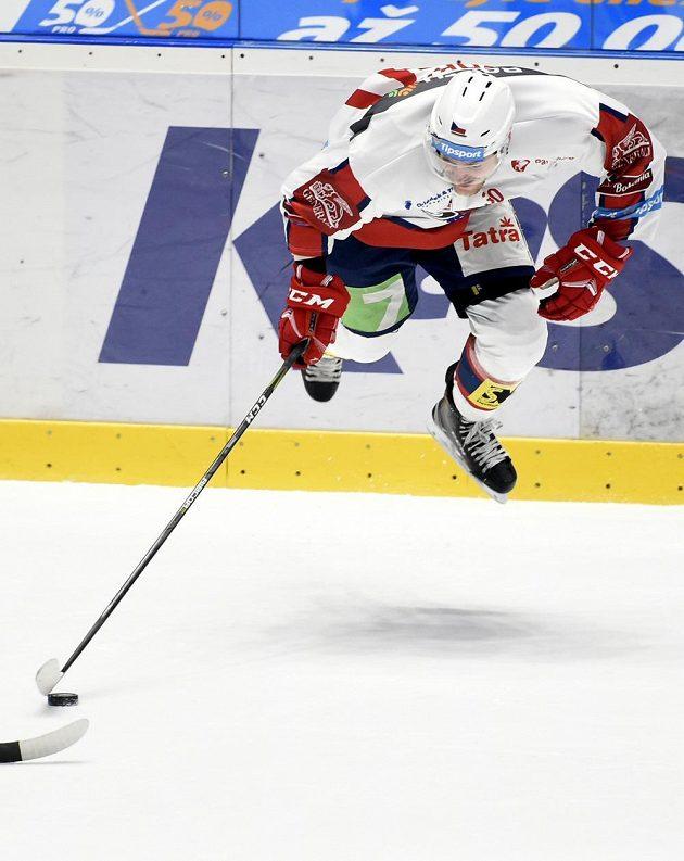 Hokejový obránce Jan Zdráhal z Pardubic letí vzduchem v utkání baráže.
