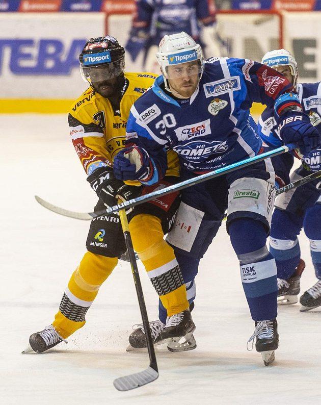 Edwin Hedberg z Litvínova a Jakub Lev z Brna v akci během hokejové extraligy.