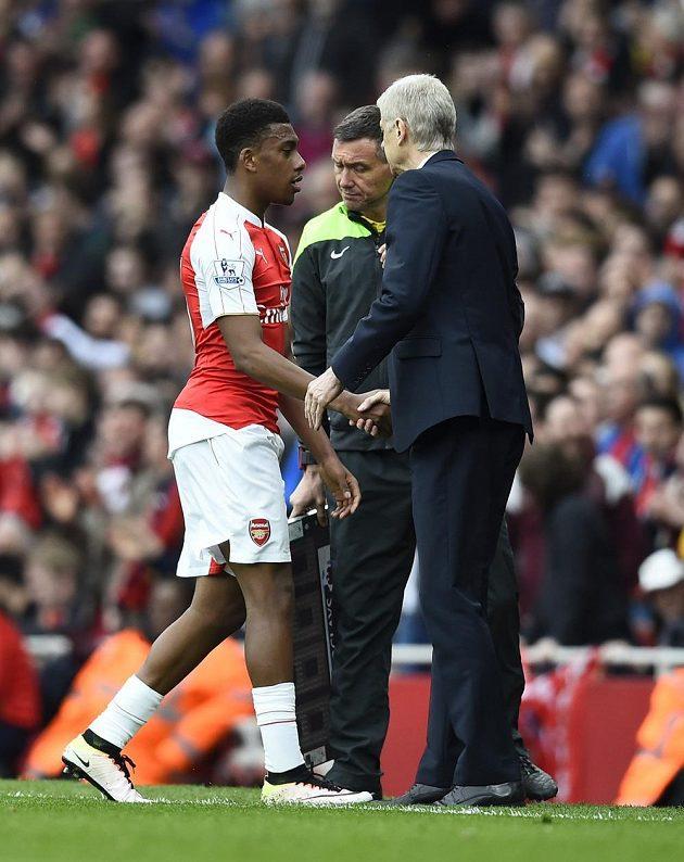 Parádní výkon! Alex Iwobi přijímá při střídání gratulace od kouče Wengera.