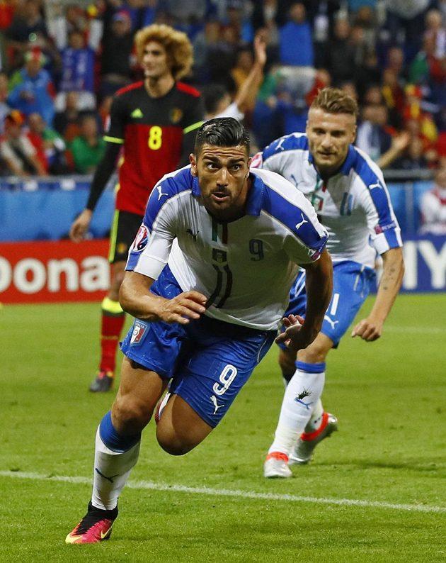 Graziano Pellé z Itálie slaví druhý gól do belgické sítě.