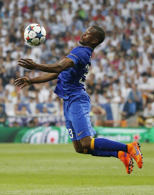 Obránce Juventusu Patrice Evra zpracovává míč.