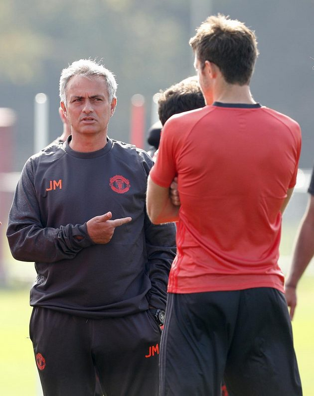 José Mourinho v rozhovoru s Michaelem Carrickem na tréninku Manchesteru United.