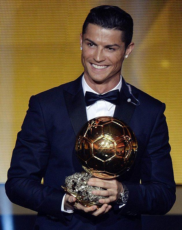 Cristiano Ronaldo pózuje se Zlatým míčem po vyhlášení ankety v Curychu.