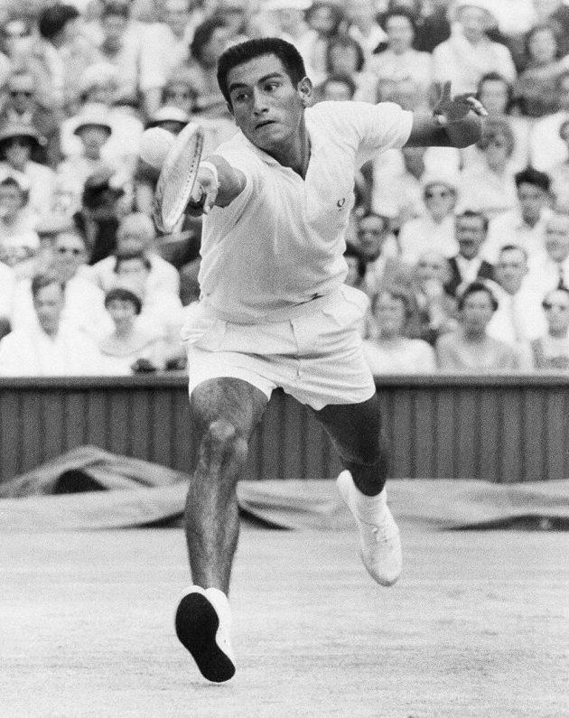 Alex Olmedo při střetnutí s Rodem Laverem ve Wimbledonu v roce 1959.