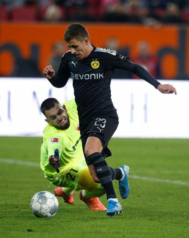 Thorgan Hazard z Borussie Dortmund obchází českého brankáře Augsburgu Tomáše Koubka.