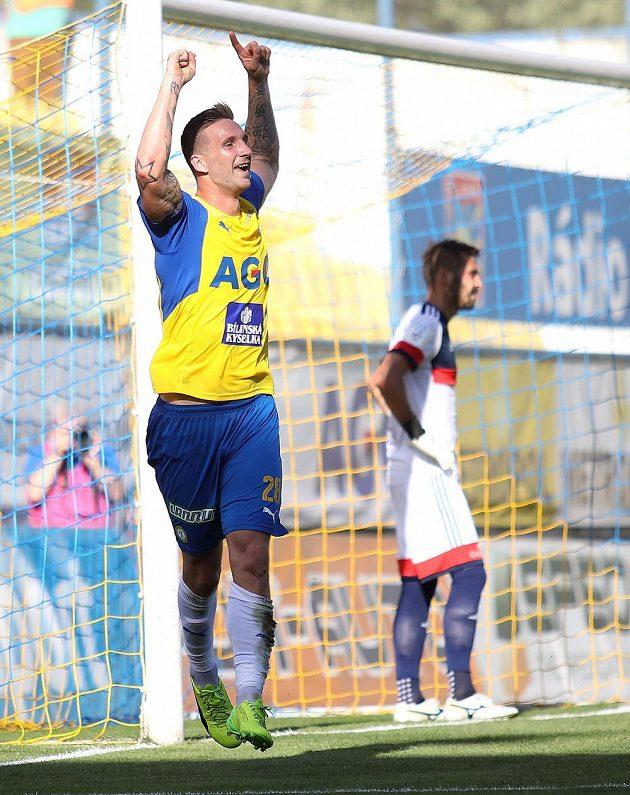 Teplický David Vaněček se raduje z gólu.