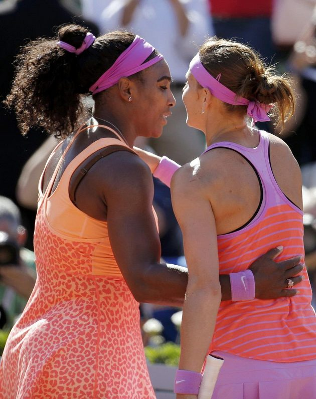 Lucie Šafářová gratuluje Sereně Williamsové k triumfu na French Open.