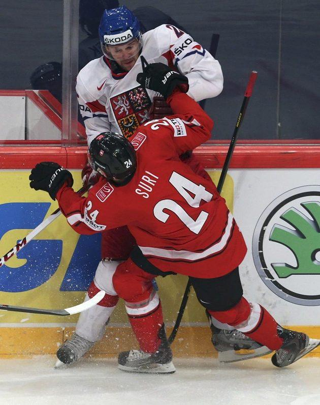 Zbyněk Michálek bojuje u mantinelu se Švýcarem Reto Surim ve čtvrtfinále mistrovství světa.