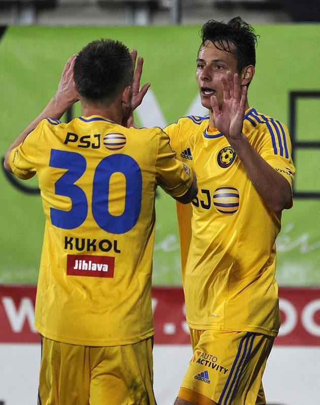 Vladimír Kúkol (vlevo) a Tomáš Kučera z Jihlavy se radují z gólu proti Olomouci.