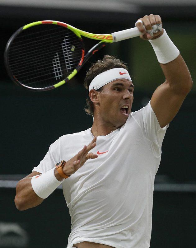Rafael Nadal ze Španělska při semifinále Wimbledonu s Novakem Djokovičem ze Srbska.