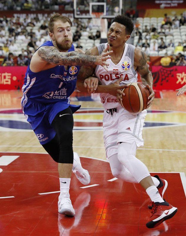 Ostrý souboj! Polský basketbalista A.J. Slaughter se snaží prosadit přes Patrika Audu v utkání mistrovství světa o 5. až 8. místo.