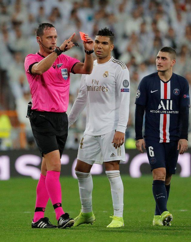 Rozhodčí Artur Soares Dias zrušil červenou kartu, kterou viděl brankář Realu Madrid Thibaut Courtois.