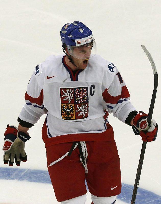 Kapitán Česka Petr Šidlík slaví gól svého spoluhráče z reprezentace do 20 let Vojtěcha Tomečka proti Kanadě.