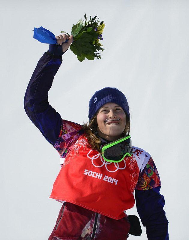 Ani po květinovém ceremoniálu se Samková stále nemůže nabažit svého velkého vítězství.