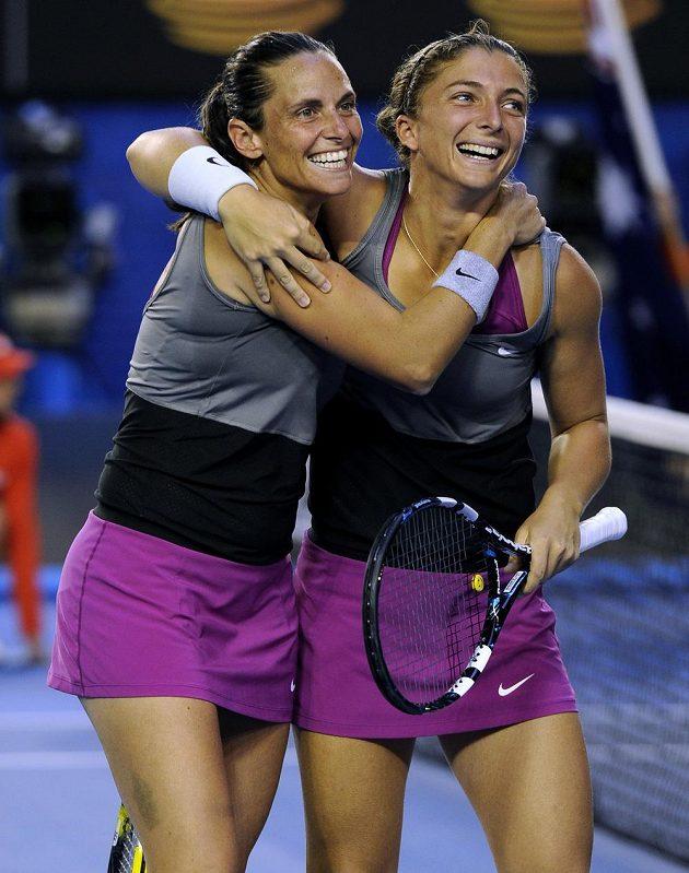 Sara Erraniová (vpravo) a Roberta Vinciová se radují z finálového vítězství.