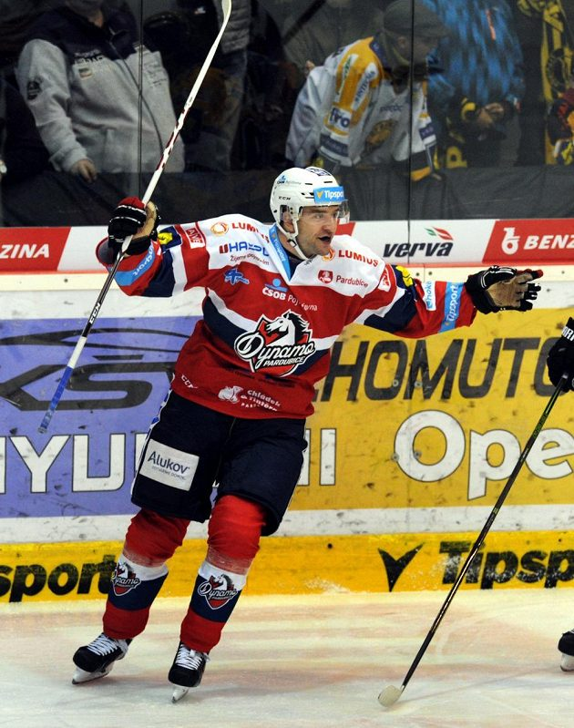 Útočník Pardubic Jan Starý se raduje z gólu na litvínovském stadiónu.