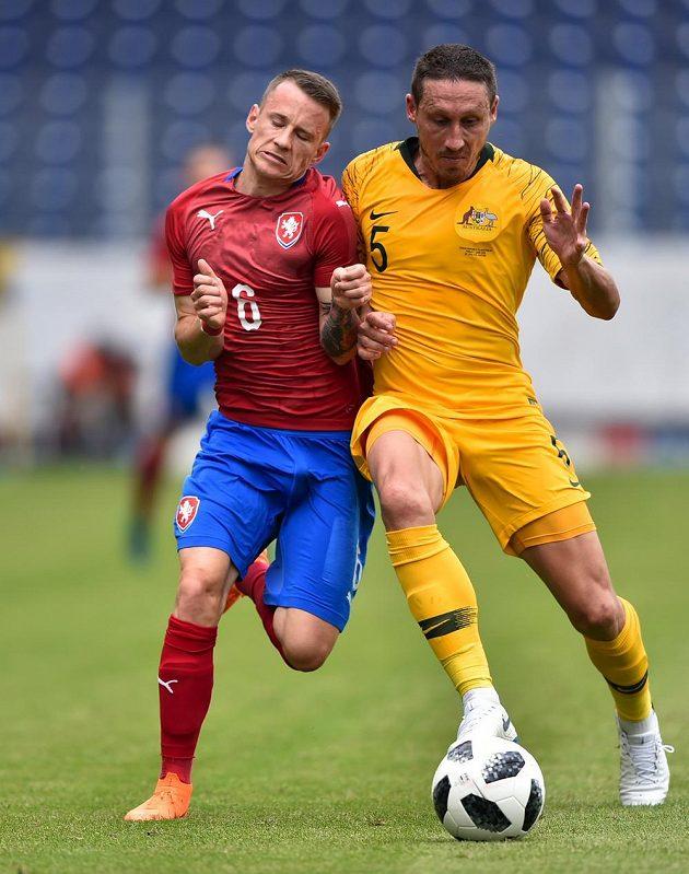 Český reprezentant Jan Sýkora (vlevo) a Mark Milligan z Austrálie.