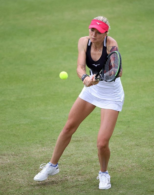 Česká tenistka Tereza Martincová v akci na trávě.
