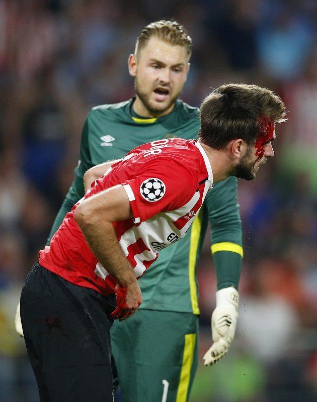 Jeroen Zoet (vlevo), brankář PSV Eindhoven, sleduje zraněného spoluhráče Davyho Proppera v utkání proti Atléticu Madrid.