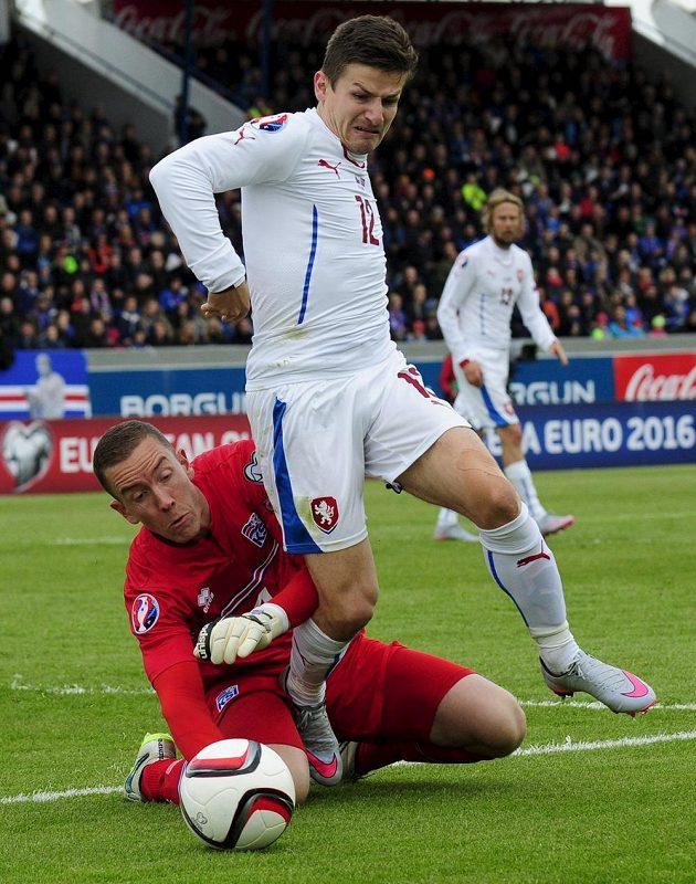 Islandský brankář Hannes Halldórsson v kvalifikačním utkání v Reykjavíku zastavuje akci Václava Pilaře.