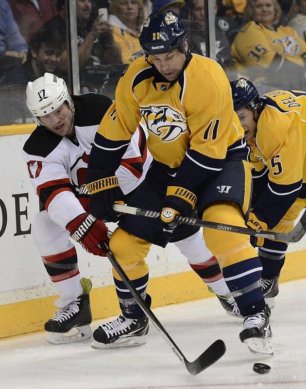 Útočník Predators Legwand (11) pořádně rozesmutnil hokejisty New Jersey, když vyrovnal pár vteřin před koncem zápasu.