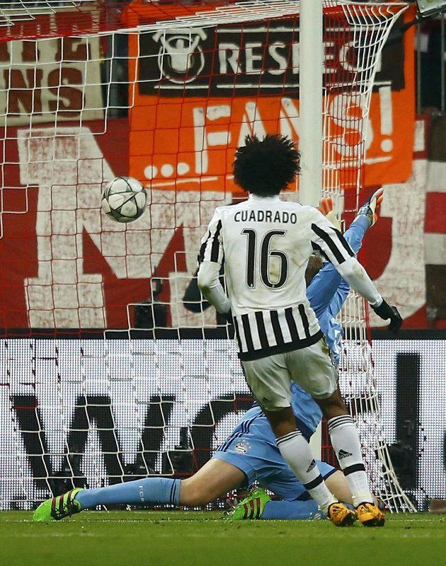 Fotbalista Juventusu Juan Cuadrado střílí druhý gól proti Bayernu.