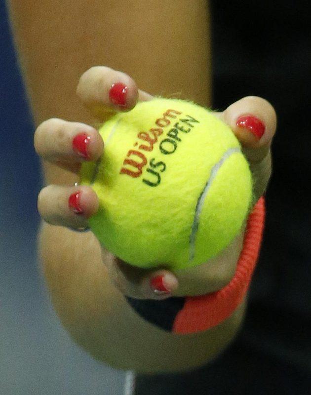 Míček v ruce Petry Kvitové během prvního kola US Open.