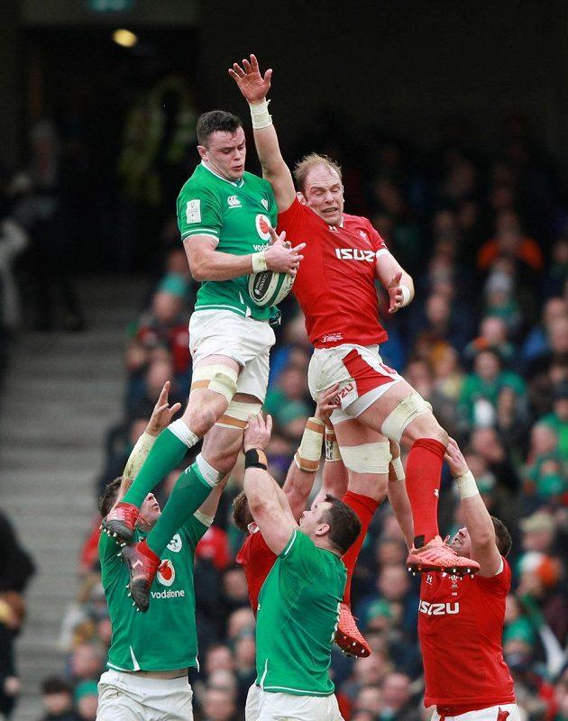 Kdo výš? Velšan Alun Wyn Jones (vpravo) při vhazování proti Irsku.