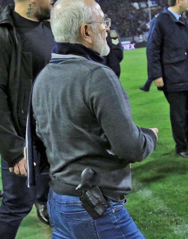 Majitel řeckého klubu PAOK Soluň Ivan Savvidis měl u opasku zbraň.