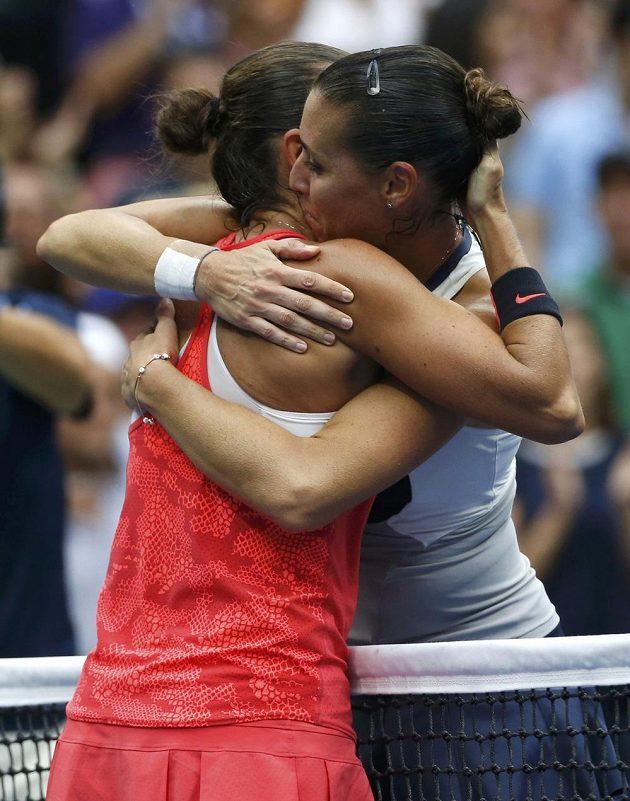 Italky Roberta Vinciová a Flavia Pennettaová (vpravo) se po finále US Open navzájem objaly.