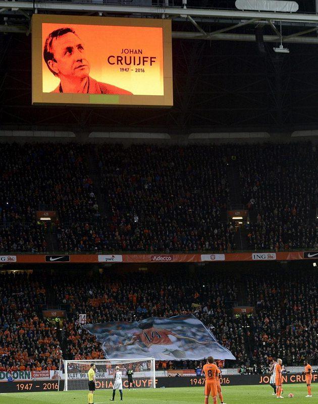 Momentka z duelu Nizozemsko - Francie, kde Oranje vzpomínali na zesnulého Johana Cruyffa.