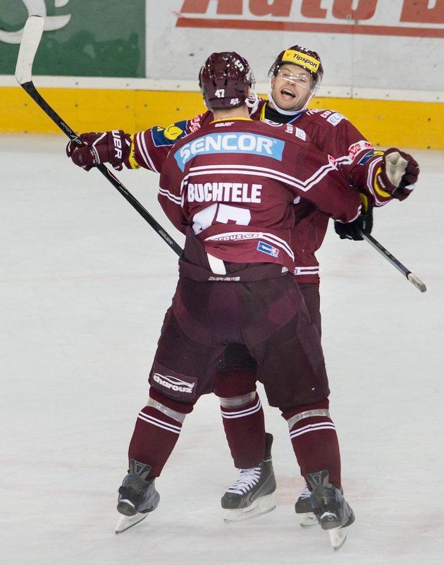 Útočník Sparty Jaroslav Hlinka (vpravo) se raduje z rozhodujícího gólu utkání proti Vítkovicím se svým spoluhráčem Janem Buchtelem.