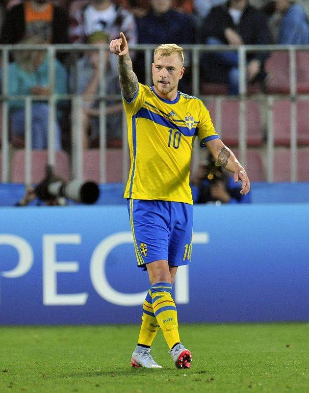 John Guidetti ze Švédska se raduje z gólu v semifinále proti Dánsku.